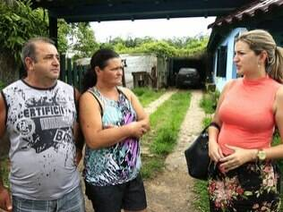 Gisele Milk visita à comunidade, conversa com Lurdelita e o marido: sem café ou chimarrão