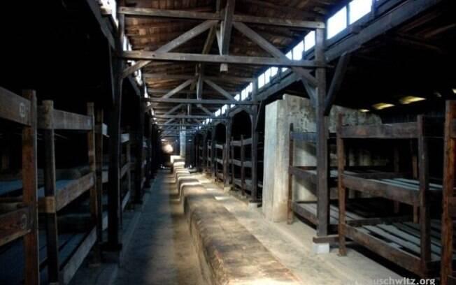 Um dos barracos de Birkenau: pessoas amontoadas e falta de higiene levou milhares à morte por tifo. Foto: Auschwitz-Birkenau Memorial and Museum