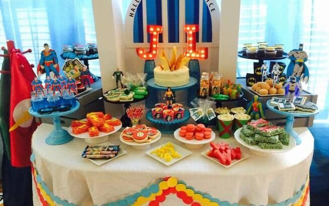 Ideia de decoração da mesa do bolo para uma festa infantil com o tema Liga da Justiça