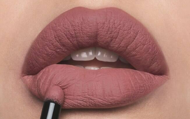 O batom em pó é fácil de aplicar por causa da fórmula cremosa e dá um acabamento matte, com efeito fosco nos lábios