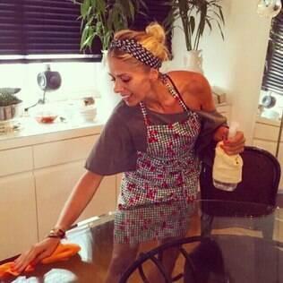 Adriane Galisteu publica foto fazendo faxina em casa, mas não convence seguidores