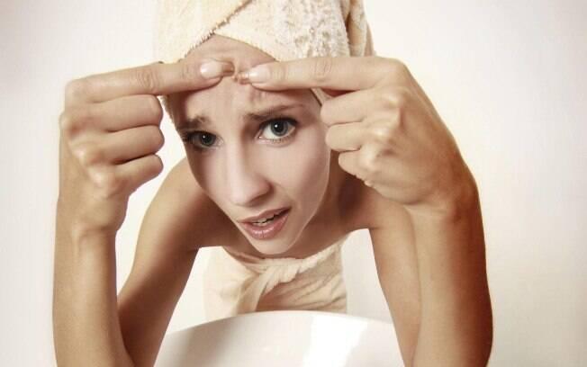 A acne nas mulheres adultas nem sempre pode ser tratada apenas com cremes e loções