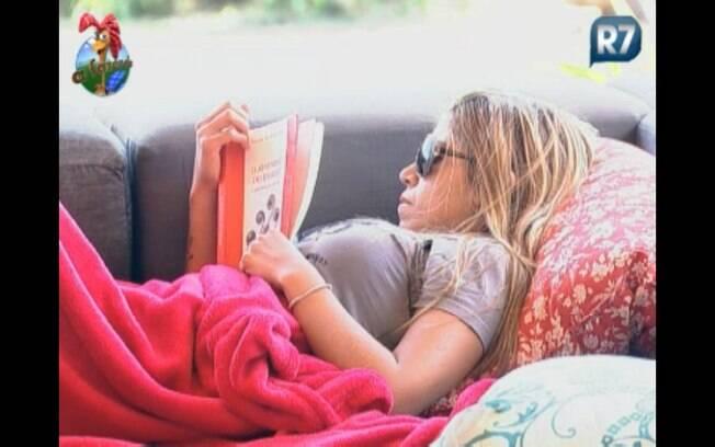 Raquel aproveita tarde para colocar a leitura em dia