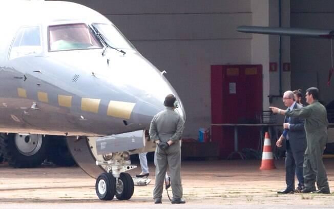 Eduardo Cunha ao embarcar em avião da PF em Brasília. Deputado cassado foi transferido para carceragem em Curitiba