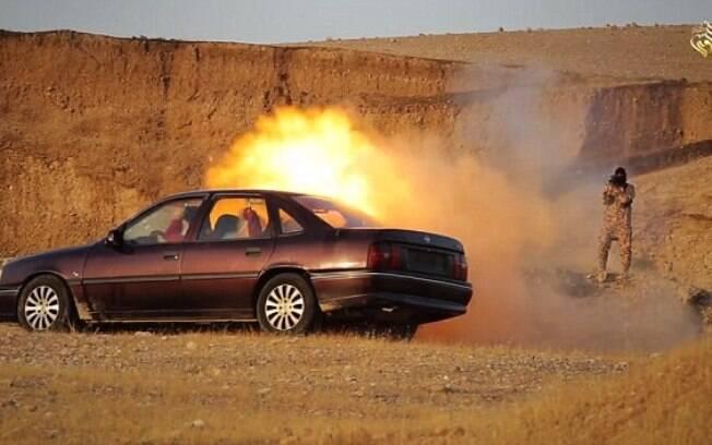 Estado Islâmico  explodiu carro com reféns em área desértica do Oriente Médio (jun/2015). Foto: Reprodução/Estado Islâmico
