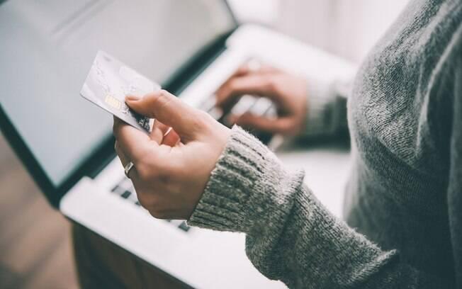 Alugar um carro com cartão de crédito requer que o documento tenha o limite disponível necessário no pagamento