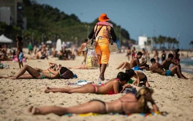 Em Ipanema e no Leblon%2C muitos banhistas na areia mesmo sem a autorização da prefeitura no fim de semana