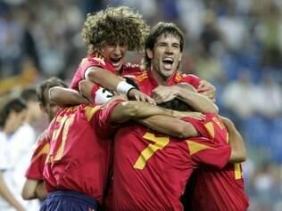 Após trama envolvente, Puyol celebra com companheiros gol marcado por Fernando Torres