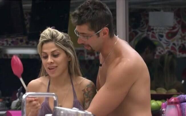 Marcelo brinca com Vanessa durante preparação do almoço