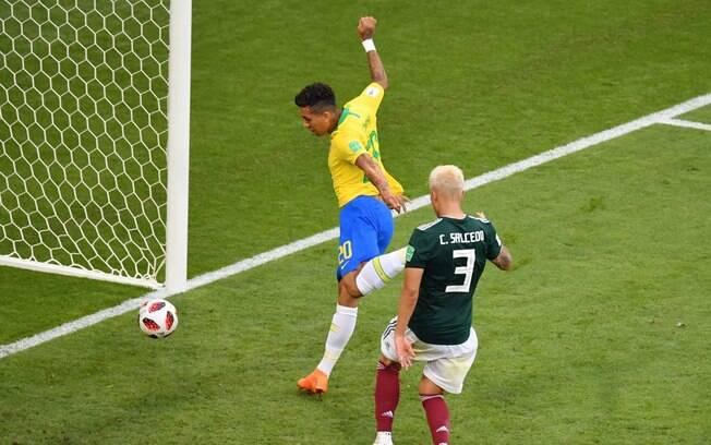 Firmino completa cruzamento de Neymar para marcar o segundo gol contra o México
