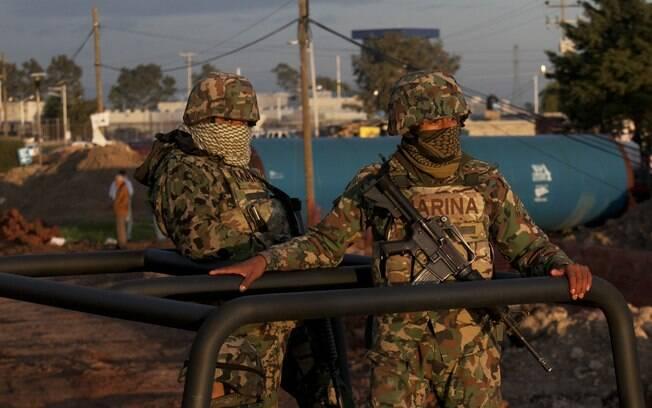 Fuzileiros navais patrulham região perto do presídio de segurança máxima Altiplano em Almoloya, a oeste da Cidade do México