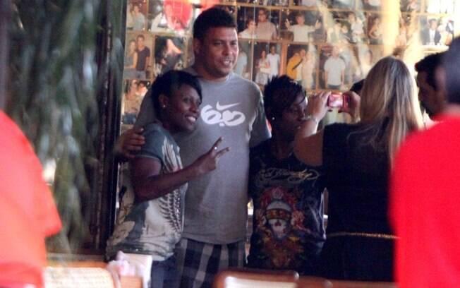 Simpático, Ronaldo posou para fotos quando foi assediado