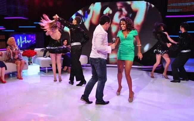 Quitéria Chagas dança lambada com Beto Barbosa no programa