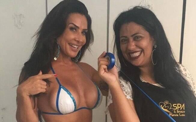 Scheila Carvalho e Patrícia, a responsável por fazer o biquíni na morena do É o Tchan