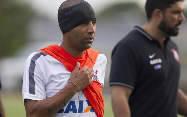 Emerson Sheik se chocou com Uendel e sofreu corte na cabeça. Foto: Daniel Augusto Jr./Agência Corinthians