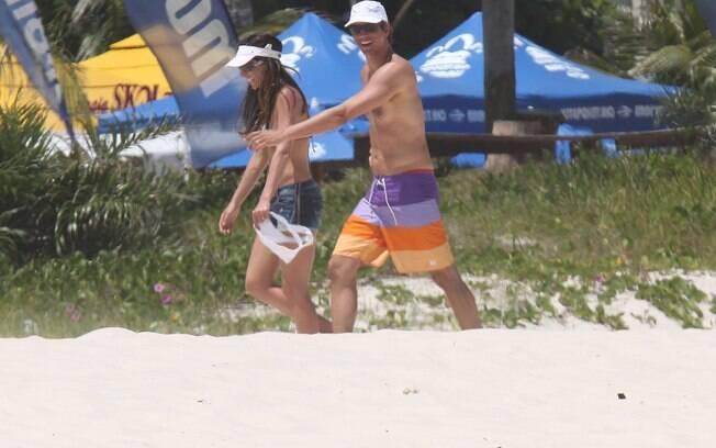 Andrea Santa Rosa e Márcio Garcia deixam a praia depois da diversão
