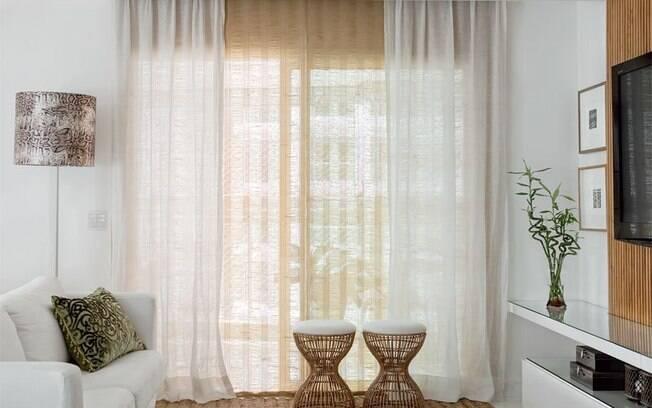 O tecido em fibra natural dá mais cara de casa para a sala