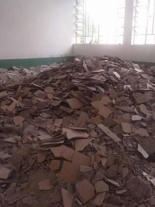 Salas de aula cheias de entulho no campus Paranaguá, da Unespar