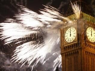 Em Londres, o Big Ben coberto de fogos enquanto badalava a meia noite