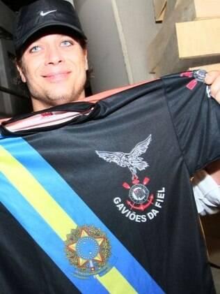 Fabio Assunção visita o barracão e a quadra da Gaviões da Fiel. Na foto, o ator com a camiseta que ganhou da escola, que homenageia o ex-presidente Lula neste Carnaval
