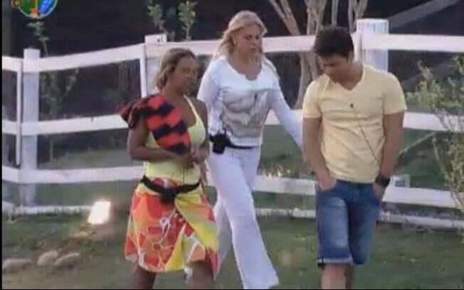 Valesca Popozuda, Monique Evans e Marlon voltam para a casa sede falando sobre Gui