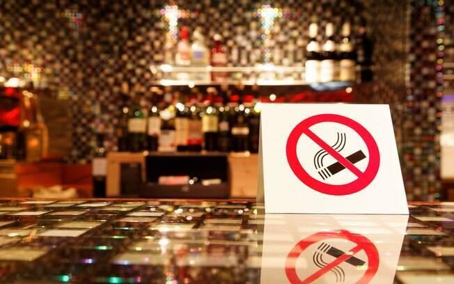 Desde 2009 é proibido fumar cigarros e seus derivados em bares, restaurantes e outros locais públicos fechados em SP