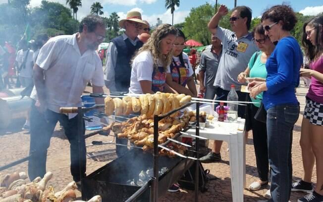 Manifestantes favoráveis a presidente Dilma fizeram um churrasco de coxinhas de frango no Parque Farroupilha, em Porto Alegre. Foto: Daniel Isaia/ Agência Brasil - 13.3.16