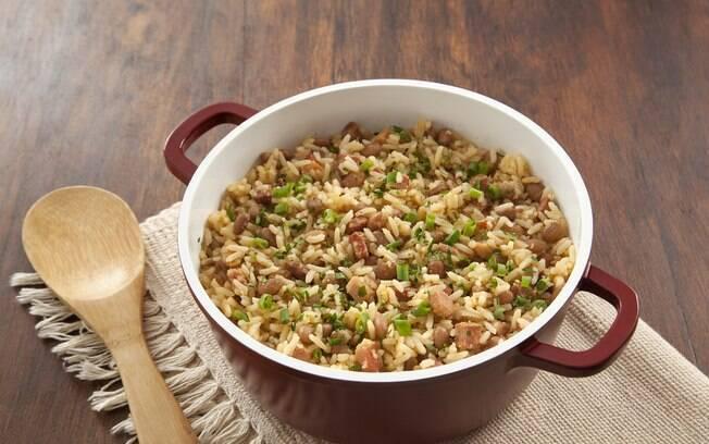O arroz com feijão da roça é uma ótima opção para fazer o arroz render