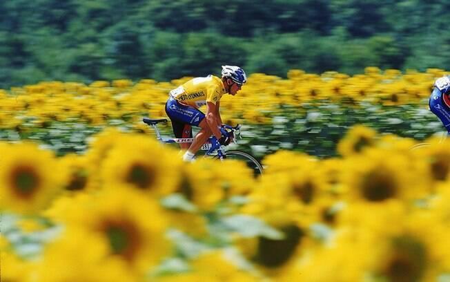Ciclista veste a camisa amarela de líder da  Volta da França, em 1999