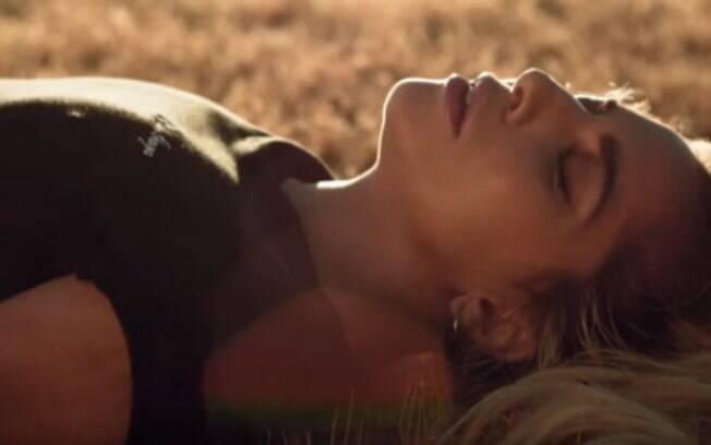 Lady Gaga no clipe de Million Reasons, em que pede razões para continuar seguindo carreira no mundo da música
