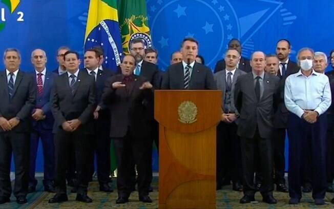 Paulo Guedes foi o único a usar máscara durante pronunciamento; ministro estava sem sapato nem paletó, o que chamou atenção
