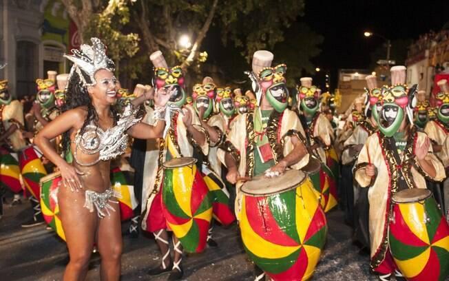 O carnaval no Uruguai dura mais de um mês e há um desfile em que a bateria é formada por mais de 2500 instrumentos