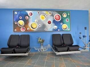 Na hora de decorar a sala, o professor aposentado abusou de soluções alternativas
