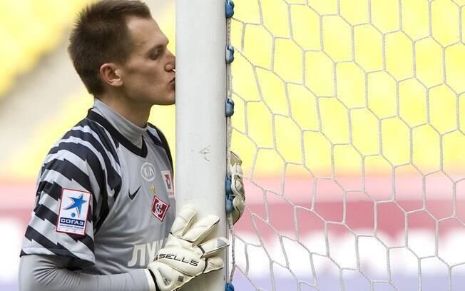 Goleiro russo Artyom Rebrov beija trave antes de jogo na Rússia