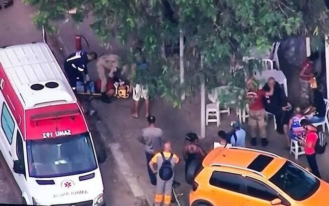 Bombeiros prestam atendimento às vítimas de acidente com capotamento de van na Avenida Brasil