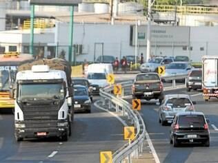 Motoristas de veículos de passeio têm que reduzir a velocidade e esperar que carreta faça a curva em pista estreita de desvio