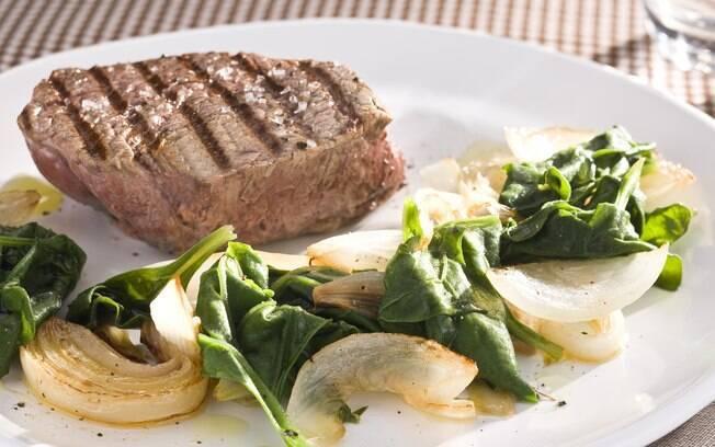 Foto da receita Medalhão de filé mignon com espinafre e cebolas pronta.