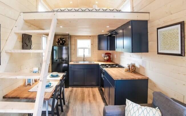Casas compactas necessitam de design funcional. Aproveitar cada espaço de forma inteligente é muito importante para viver com conforto