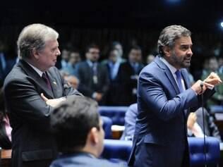Aécio Neves e Renan Calheiros protagonizam bate-boca no plenário