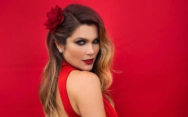 Flavia Alessandra posa de vestido vermelho.