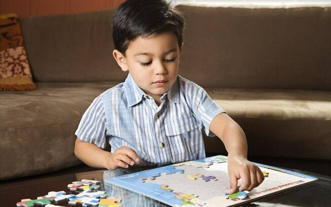 Montar quebra-cabeças favorece o desenvolvimento da coordenação motora