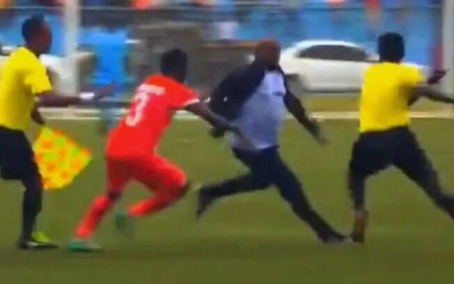 Técnico corre atrás de árbitro