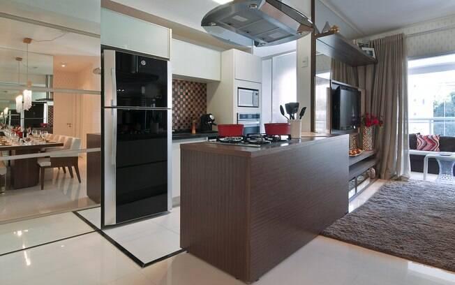 Uma bancada ou móvel são ótimas opçoes para dividir uma cozinha americana da sala