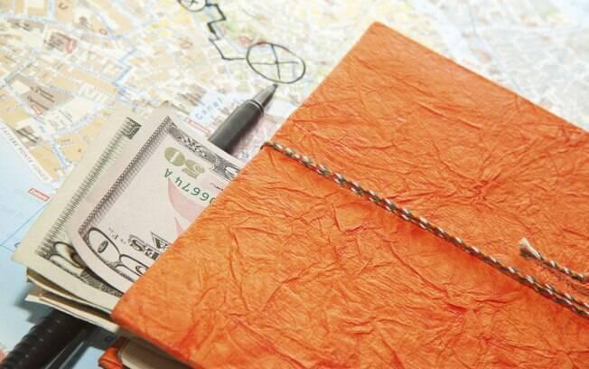 A alta do preço do dólar atrapalha o planejamento de que quem vai viajar para o exterior