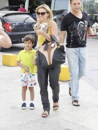Carolina Dieckmann e David Brazil visitam Juliana Paes e Antonio na maternidade
