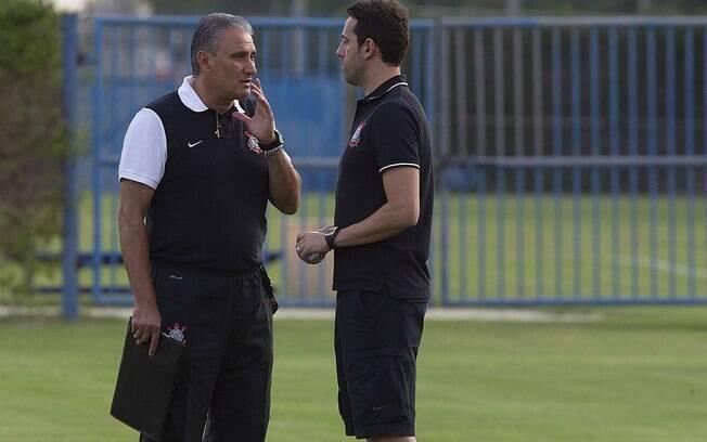 Tite e o gerente de futebol, Edu Gaspar,  durante treino em Dubai, antes do embarque para  Tóquio