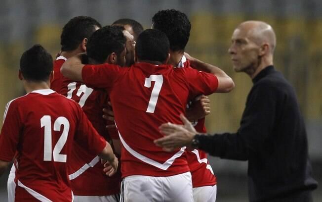 Jogadores do Egito comemoram gol sobre  Zimbábue por 2 a 0, pelas eliminatórias da África