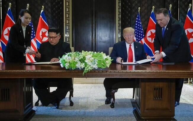 Após reuniões, Donald Trump e Kim Jong-Un assinaram um documento que se assemelhava a um acordo de paz