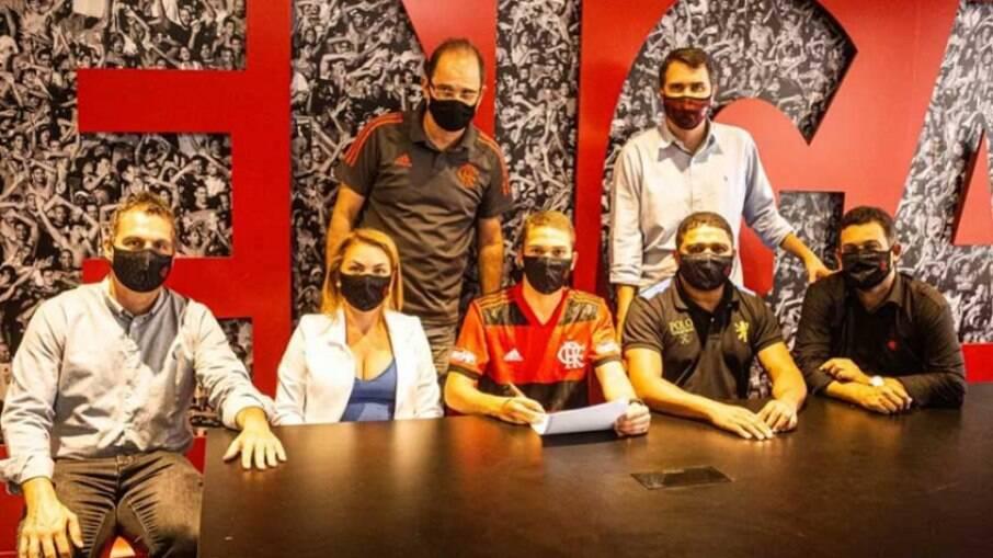 David Viana assina contrato com o Flamengo