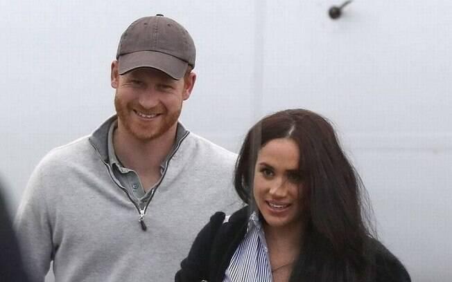 Harry e Meghan desembarcando de avião